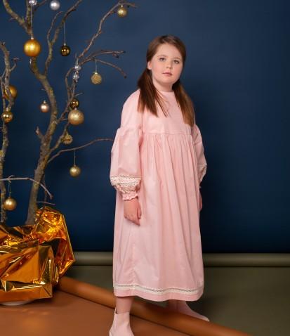 Платье на кокетке с кружевом в пудровом цвете