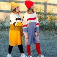 Платья-худи с контрастными красными полосками